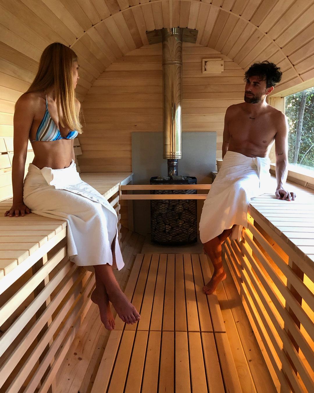 sauna finlandese con vista panoramica al castello di granarola